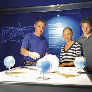 """Sonnenuhren von Jindra Sonnenuhrenhaus (über 40 Sonnenuhrenmodelle) und Sonnenuhrengarten, Ausstellung """"Sonne, Zeit und Ewigkeit"""". www.sonnenuhren.com"""