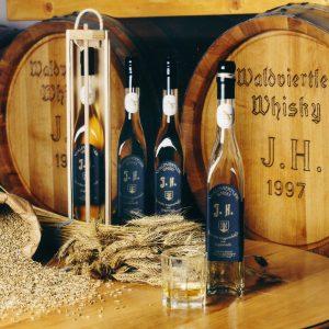Waldviertler Whiskey 1. Whiskeydestillerie Österreichs Whiskeyerlebniswelt mit Whiskey-Cafe und Feuer-Wasser-Garten mit keltischem Baumkreis. www.kirschlag.at